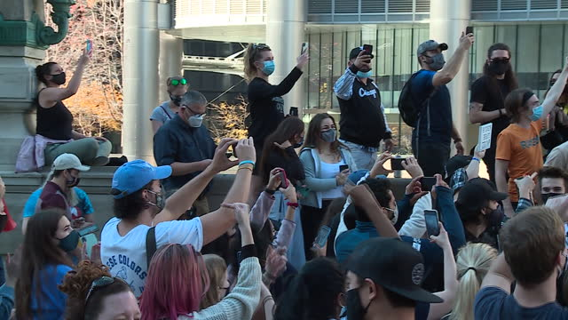 vidéos et rushes de chicago, il, u.s. - people celebrating with raised fists near trump tower three days after the 2020 presidential election, when joe biden finally... - poing levé