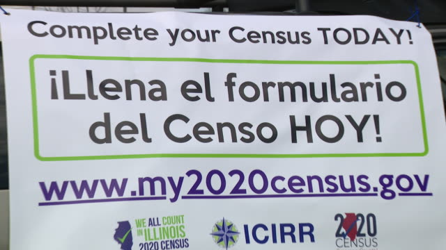 chicago, il, u.s. - people decorating cars with signs urging others to fill out their census forms. little village on wednesday, april 1, 2020. - 国勢調査点の映像素材/bロール