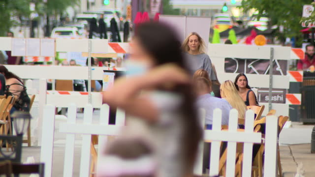 stockvideo's en b-roll-footage met chicago, il, u.s. - people dining out in the middle of chicago's clark street, which was closed to traffic between grand and kinzie, as part of... - bord weg afgesloten