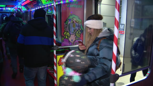 wgn chicago il us people entering chicago transit authority's holiday train on friday november 292019 - interno di treno video stock e b–roll