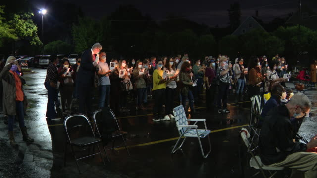 chicago, il, u.s. - people hold photographs and candles at a candle light vigil at macneal hospital, berwyn, for icu nurse neuman kiamco, the... - 追悼行事点の映像素材/bロール