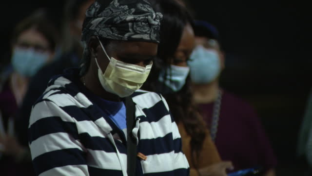 chicago, il, u.s. - people in masks at a candle light vigil at macneal hospital, berwyn, for icu nurse neuman kiamco, the 48-year-old, who died... - 追悼行事点の映像素材/bロール
