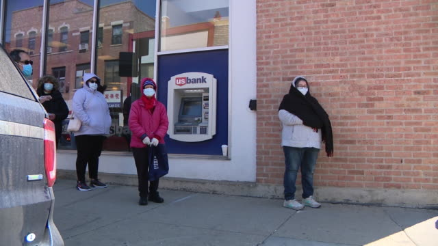 stockvideo's en b-roll-footage met chicago, il, u.s. - people in masks waiting in line at food giveaway. esdc hosts emergency food distribution event at chinese christian union church... - straatnaambord