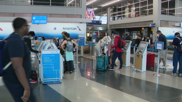 wgn chicago il us people in protective masks use american airlines selfservice checkin machines at o'hare airport on tuesday june 30 2020 the same... - 搭乗者点の映像素材/bロール