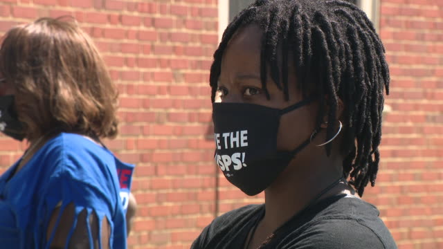 vídeos de stock, filmes e b-roll de chicago, il, u.s. - people in 'save the usps' face masks at a rally to support the american postal workers union. the rev. jesse l. jackson, sr. and... - chicago 'l'