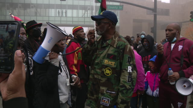 chicago, il, u.s. - people praying and marching to protest police shooting young black man during traffic stop. black lives matter activists held a... - marschieren stock-videos und b-roll-filmmaterial