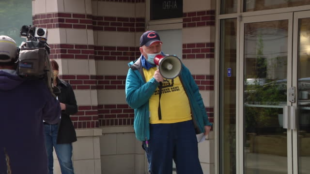 wgn chicago il us people protesting against evictions some demonstrators call on illinois governor pritzker to help stop evictions amid the pandemic... - hypotheken kündigung stock-videos und b-roll-filmmaterial