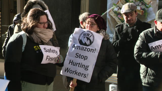 stockvideo's en b-roll-footage met chicago, il, u.s. - people protesting against fatal working conditions at amazon warehouse, on tuesday, december 10, 2019. - vakbond