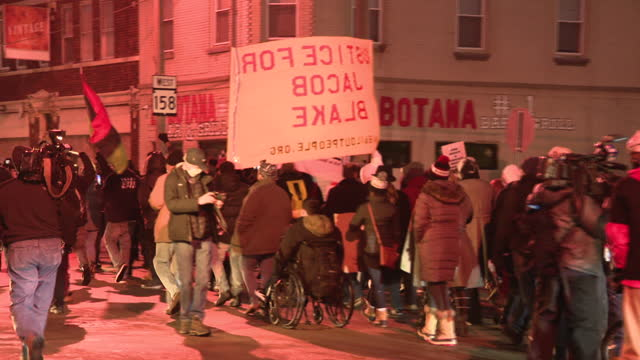 vídeos de stock, filmes e b-roll de chicago, il, u.s. - people protesting ahead of charging decision of officer who killed jacob blake in kenosha. jacob blake's family and community... - chicago illinois