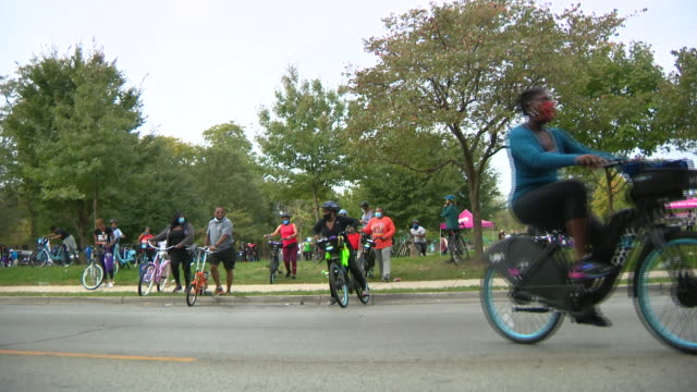 chicago, il, u.s. - people riding bikes during a community bike ride event to push justice and census on sunday, september 27, 2020 .to bring... - social justice concept 個影片檔及 b 捲影像
