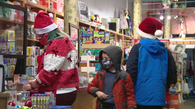 chicago, il, u.s. - people shopping at timeless toys store during holiday shopping season in chicago's lincoln square neighborhood on saturday,... - weihnachtsmütze stock-videos und b-roll-filmmaterial