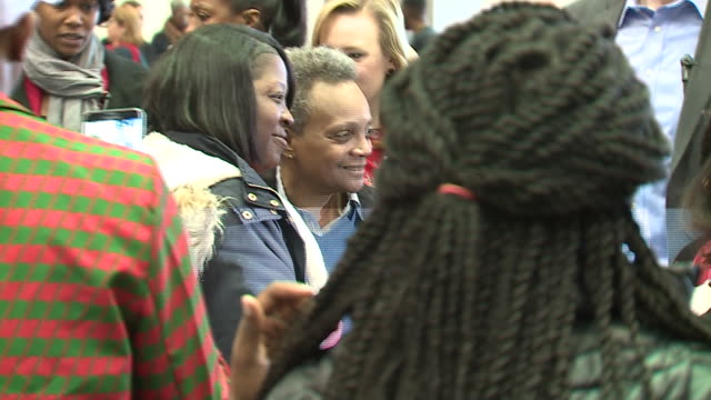 chicago, il, u.s. - people take photos with mayor lori lightfoot at the christmas in the wards celebration at mccormick place on saturday, december... - weihnachtsmütze stock-videos und b-roll-filmmaterial