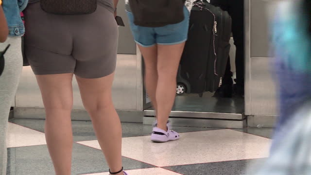 wgn chicago il us people waiting in line at a checkin counter at chicago's o'hare airport during the covid19 pandemic at the beginning of labor day... - airline check in attendant stock videos & royalty-free footage