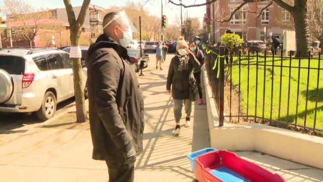 vidéos et rushes de wgn chicago il us people waiting in line to saint mary of the lake catholic church st mary of the lake parish opened a popup food pantry in their... - queue