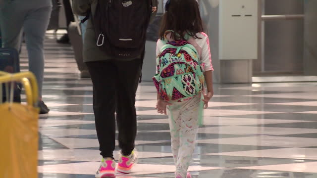 wgn chicago il us people walking with their luggage at chicago's o'hare airport during the covid19 pandemic at the beginning of labor day weekend on... - flugpassagier stock-videos und b-roll-filmmaterial