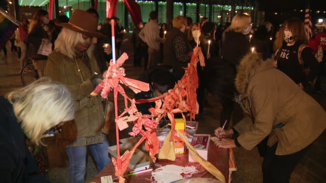 chicago, il, u.s. - people writing memorial messages to ruth bader ginsburg. chicagoans came together saturday night to honor the life and legacy of... - supreme court justice stock videos & royalty-free footage