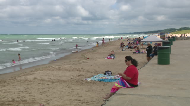 wgn chicago il us pier at crowded indiana beach on thursday july 16 2020 - seeufer stock-videos und b-roll-filmmaterial
