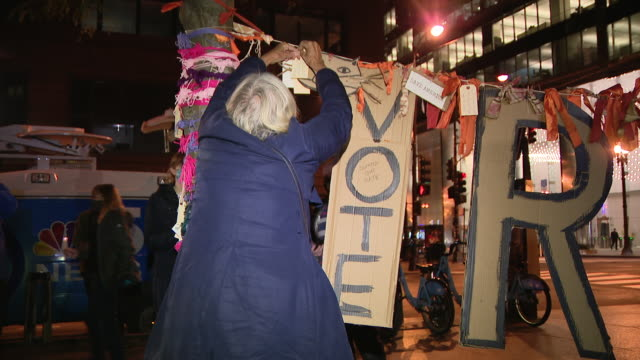 chicago, il, u.s. - placards and cardboard cutout letters honoring ruth bader ginsburg. chicagoans came together saturday night to honor the life and... - supreme court justice stock videos & royalty-free footage