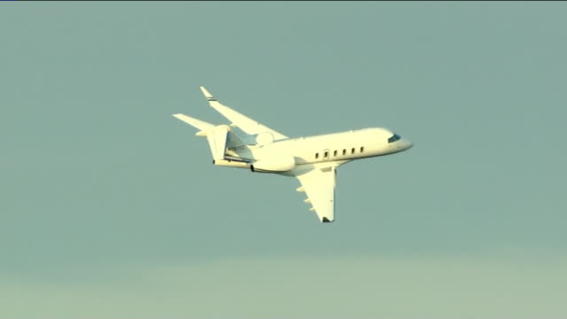 chicago, il, u.s. - planes taking off from midway airport, on tuesday, november 5, 2019. - corporate jet stock videos & royalty-free footage