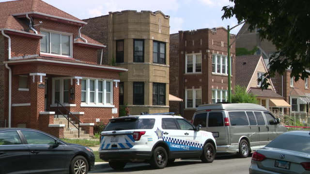 vídeos de stock e filmes b-roll de chicago, il, u.s. - police cars on crime scene. joann cunningham was sentenced to 35 years in the murder of her son. after first reporting aj missing... - crime or recreational drug or prison or legal trial