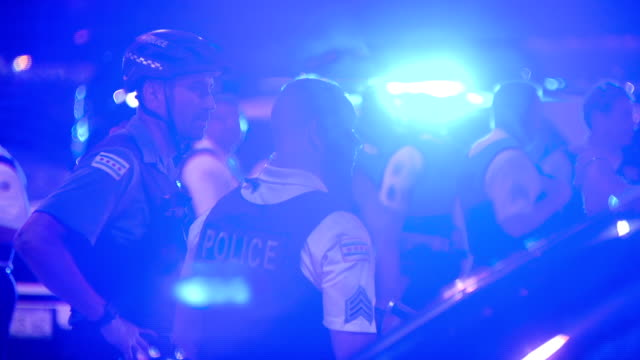 chicago, il, u.s. - police force in grant park at night on friday, july, 2020. - グラントパーク点の映像素材/bロール