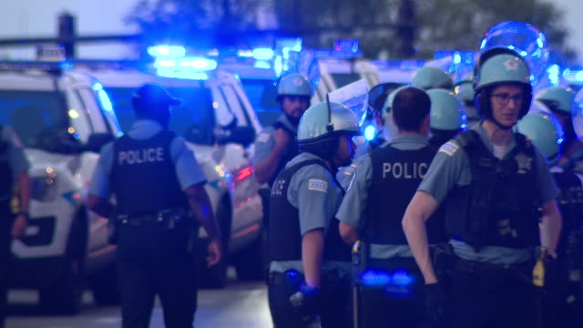 chicago, il, u.s. - police force in grant park in chicago on friday, july, 2020. - グラントパーク点の映像素材/bロール