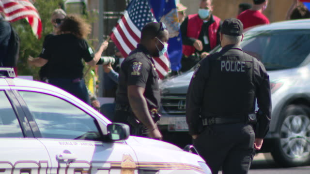 chicago, il, u.s. - police in front of walter reed national military medical center where donald trump supporters gathered on monday, october 5, 2020. - ベセスダ点の映像素材/bロール