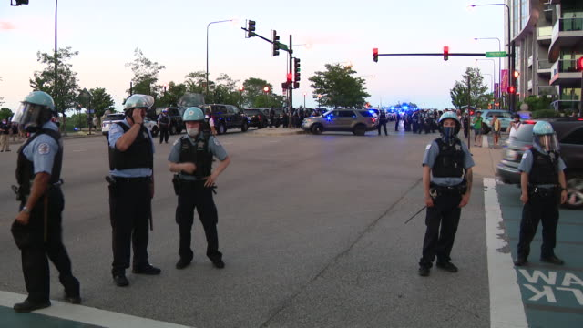 chicago, il, u.s. - police marching to stop protestors on friday, july, 2020. - グラントパーク点の映像素材/bロール