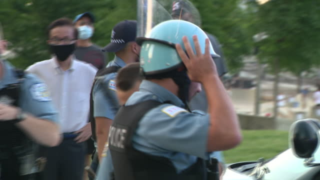 vidéos et rushes de chicago, il, u.s. - policemen grouping in grant park on friday, july, 2020. - couvre chef