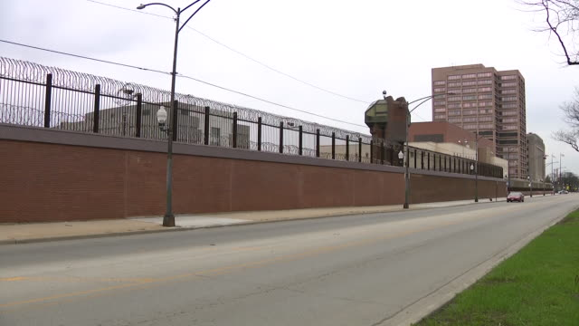 wgn chicago il us prisoners displaying help signs during covid19 pandemic in cook county jail in chicago on saturday april 11 2020 - prison window stock videos & royalty-free footage