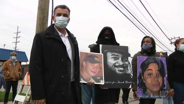 vidéos et rushes de chicago, il, u.s. - protest participants in face masks holding portraits of breonna taylor and jacob blake. family members of breonna taylor and... - injustice