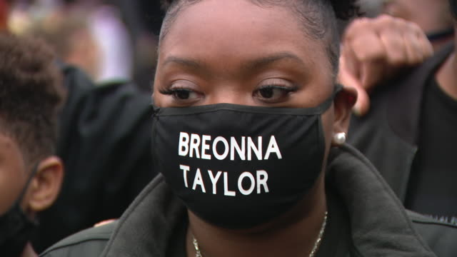 chicago, il, u.s. - protest participants wearing masks with slogans written on them. family members of breonna taylor and jacob blake joined chicago... - aunt stock videos & royalty-free footage
