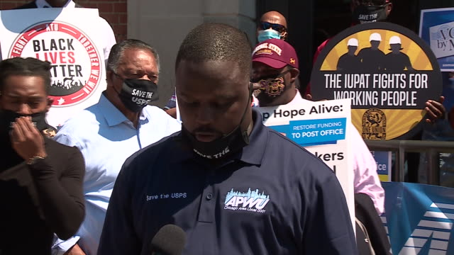 vídeos de stock, filmes e b-roll de chicago, il, u.s. - protester speaking outside post office at a rally to support the american postal workers union. the rev. jesse l. jackson, sr.... - chicago 'l'