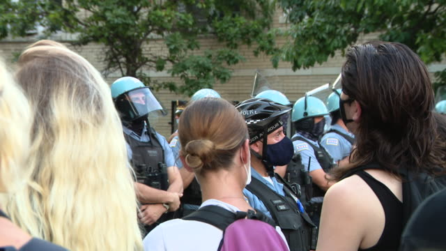 chicago, il, u.s. - protesters and police forces gathered near mayor's home following clash with police in grant park, on saturday, july 18, 2020.... - グラントパーク点の映像素材/bロール