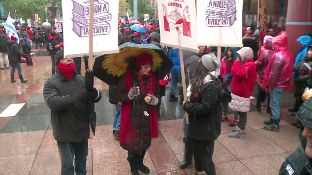 chicago, il, u.s. - protesters gathering in city during last day of chicago teachers strike, on thursday, october 31, 2019. union teachers and school... - new hire stock videos & royalty-free footage