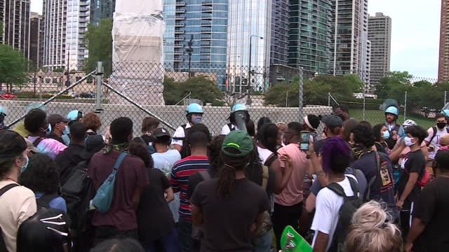chicago, il, u.s. - protestors and police force at wrapped christopher columbus statue in grant park on monday, july 20, 2020. protestors demanding... - クリストファー コロンブス点の映像素材/bロール