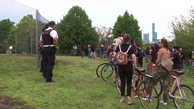 chicago, il, u.s. - protestors and police force on grant park lawn during protest demanding columbus statue to be removed on monday, july 20, 2020.... - クリストファー コロンブス点の映像素材/bロール