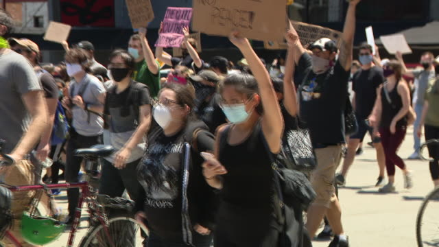 "chicago, il, u.s. - protestors chanting george floyd and breonna taylor's names as an estimated 20 to 30 thousand people participated in ""chicago... - street name sign stock-videos und b-roll-filmmaterial"
