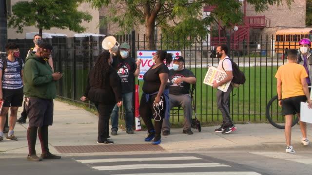vídeos de stock, filmes e b-roll de chicago, il, u.s. - protestors demanding justice for breonna taylor gathered on sidewalk on friday, september 18, 2020. - escrita ocidental