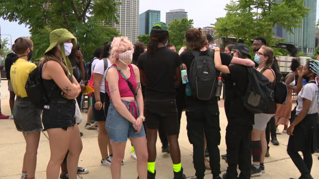 chicago, il, u.s. - protestors gathering in grant park during protest demanding the columbus statue to be removed from grant park on monday, july 20,... - クリストファー コロンブス点の映像素材/bロール