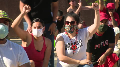 vidéos et rushes de chicago, il, u.s. - protestors kneeling with raised fists. a curfew is now in effect in cicero where a state of emergency was declared, after a... - injustice