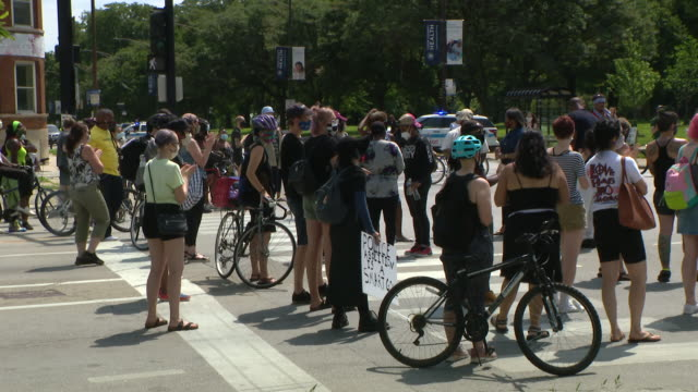 chicago, il, u.s. - protestors shutting down intersection during protest demanding columbus statue to be removed from grant park on monday, july 20,... - クリストファー コロンブス点の映像素材/bロール