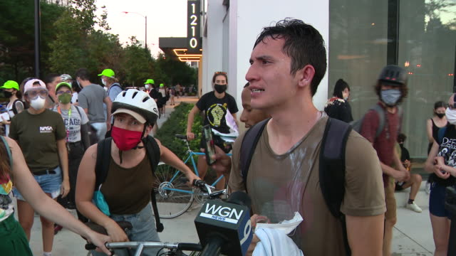 chicago, il, u.s. - protestors speaking about police tear gas attack on friday, july, 2020. - グラントパーク点の映像素材/bロール