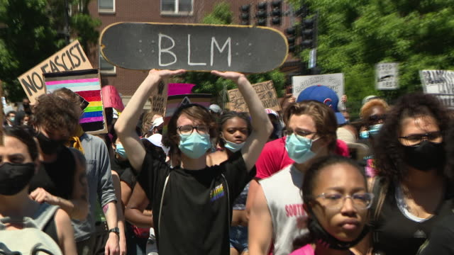 stockvideo's en b-roll-footage met wgn chicago il us protestors with placards marching and chanting as an estimated 20 to 30 thousand people participated in chicago march of justice... - chanten