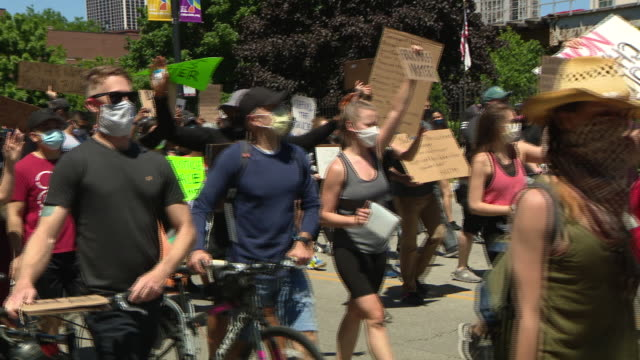 stockvideo's en b-roll-footage met wgn chicago il us protestors with placards marching as an estimated 20 to 30 thousand people participated in chicago march of justice taking to the... - chanten