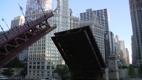 chicago, il, u.s. - raised michigan avenue dusable bridge across the chicago river with wrigley building in background on sunday, august 16, 2020. - wrigley building video stock e b–roll