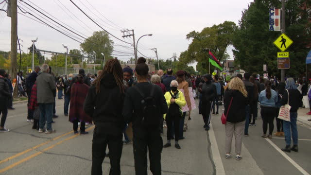 vídeos de stock, filmes e b-roll de chicago, il, u.s. - rear view of people at protest against unfair judicial system in evanston. family members of breonna taylor and jacob blake... - chicago illinois