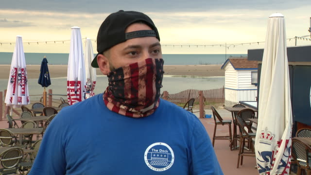 wgn chicago il us restaurant's employee giving interview empty outdoor dining area at the dock restaurant at montrose beach on wednesday august 5 2020 - seeufer stock-videos und b-roll-filmmaterial