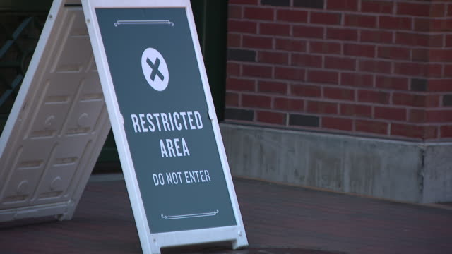 vidéos et rushes de wgn – chicago il us restricted area and stop signs at wrigley field before the first practice of 2020 after negotiations broke down between the... - écriture européenne