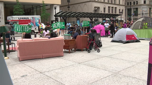 wgn chicago il us shots of furniture brought by protestors to rally tents set up activists in a coalition seeking to lift the state ban on rent... - hypotheken kündigung stock-videos und b-roll-filmmaterial